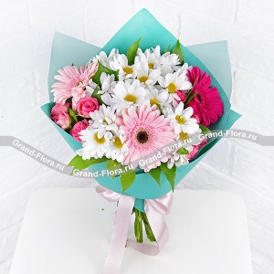 A breath of romance - a bouquet of roses, chrysanthemums and pink gerberas